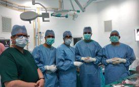 فريق طبي مغربي ينجحُ في إستبدال كُلي لمفصِل كٓتِف سيدة بمستشفى أزرو