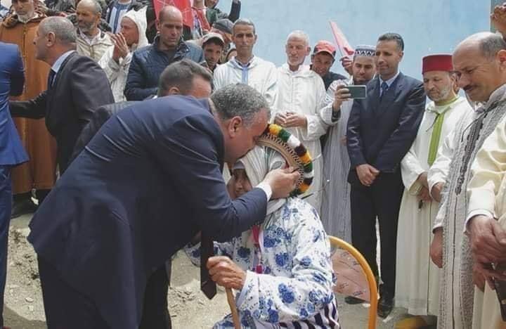 سيدة تتبرع بأرضها لبناء مدرسة بشفشاون و عامل الإقليم يقبل رأسها !
