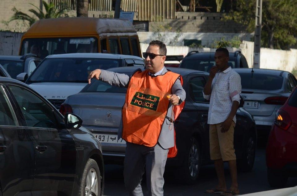 صور/ مسؤول بمقاطعة عين السبع بالبيضاء يترك مكتبه لتنظيم حركة السير !