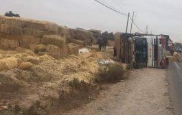 انقلاب شاحنة لنقل التبن بين أكادير و تزنيت يتسبب في خسائر كبيرة !
