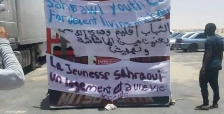مُعطلون يشلون حركة السير بمعبر الكركرات إحتجاجاً على إهمال مطالبهم من طرف مجلس الجهة والحكومة