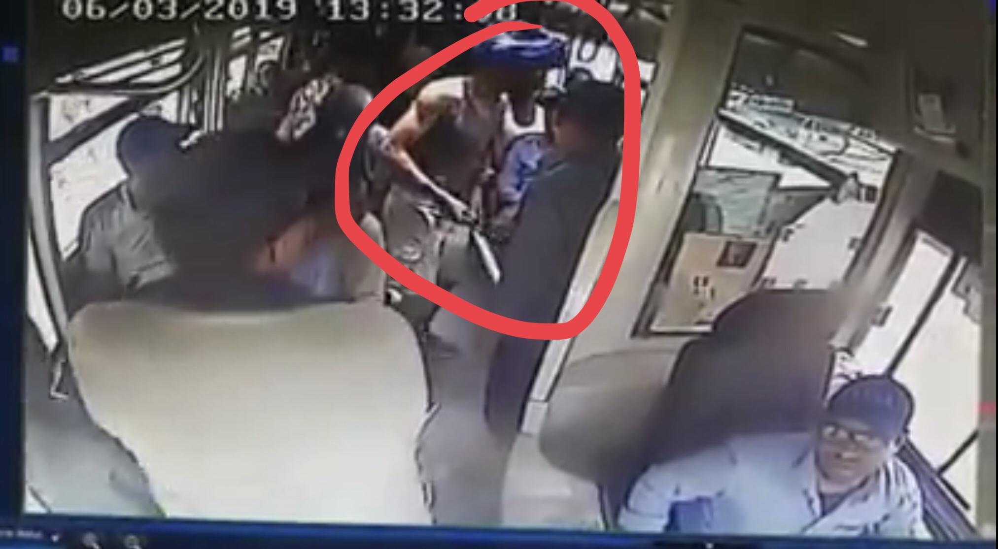 فيديو/شاهدوا كيف هاجم شخصاً مسلحاً بالسيوف حافلة بأكادير وسرق مواطنين في واضحة النهار