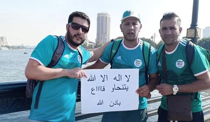 """ترحيل مشجع جزائري من مصر رفع شعار """"يتنحاو كاع"""" !"""