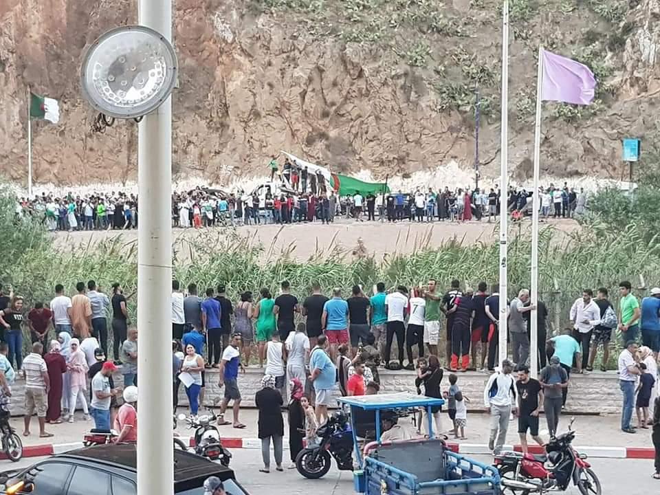 الشيات: احتفالات المغاربة و الجزائريين على الحدود رسالة بألف معنى وتأكيد على لحمة الشعبين !
