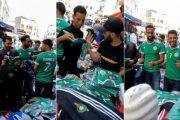 فيديو   إقبال كبير للمغاربة على شراء أقمصة المنتخب الجزائري ساعات قبل نهائي الكان !