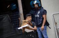 ظهر في صور يحمل كتباً أثناء إفراغ أسرته من منزلها .. طفل مغربي يتحول إلى أيقونة بإيطاليا !