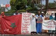 فيديو | عائلة صحراوية تحتج أمام ولاية مراكش و تشكو الترامي على أراضيها !