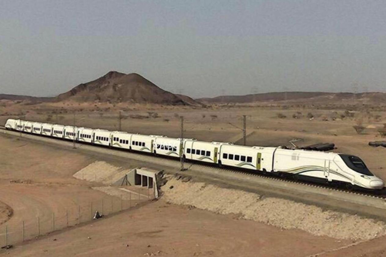 الحُجاج يتنقلون عبر القطار السريع بين مكة والمدينة لأول مرة بمسافة 450 كلمتراً