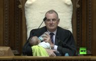 فيديو/رئيس برلمان نيوزيلندا يُطعم رضيعاً خلال جلسة عامة