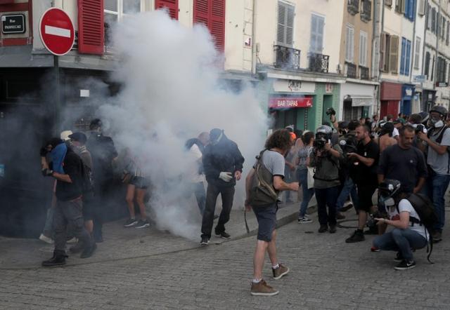 مواجهات عنيفة لألاف المتظاهرين مع الشرطة الفرنسية في إجتماع زعماء الدول الصناعية السبع بفرنسا