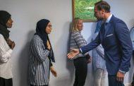 مُحجبات يرفضن السلام على ولي عهد النرويج الذي زار مسجداً تعرض لإعتداء عنصري للتضامن مع المسلمين