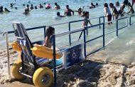 صور/شاطئ فريد بالمغرب يُخصصُ وُلوجيات لذوي الإحتياجات الخاصة للسباحة