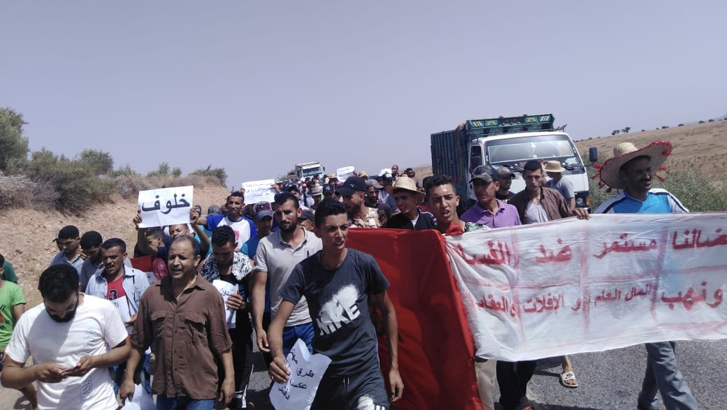 صور/مسيرة إحتجاجية لمواطنين على العٓطش والتهميش بقلعة السراغنة وإستياءٌ عارم من صمت العثماني
