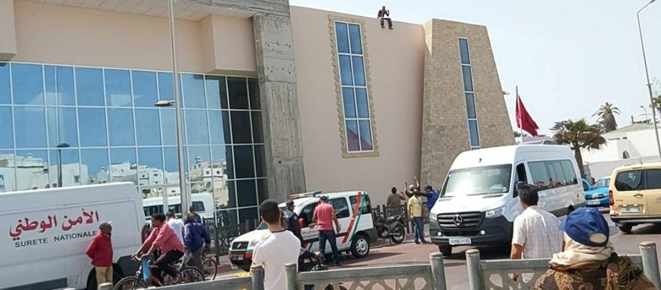عامل يهدد بالإنتحار من فوق الخزانة البلدية بالصويرة مطالباً بصرف مستحقاته !