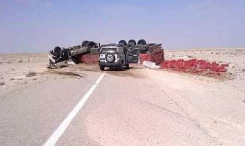 صور/ إنقلاب شاحنة محملة بالخضر يربك حركة السير قرب الحدود المغربية الموريتانية !