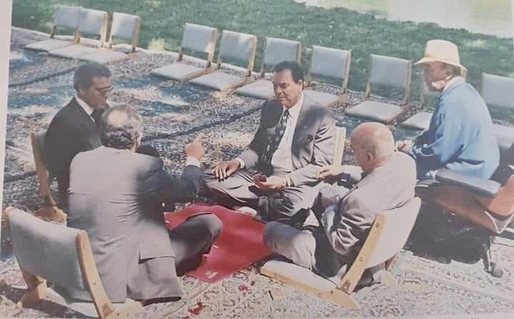 صورة لعب سياسيين 'الكارطة' تحت أنظار الحسن الثاني داخل القصر تثير فضول الفيسبوكيين