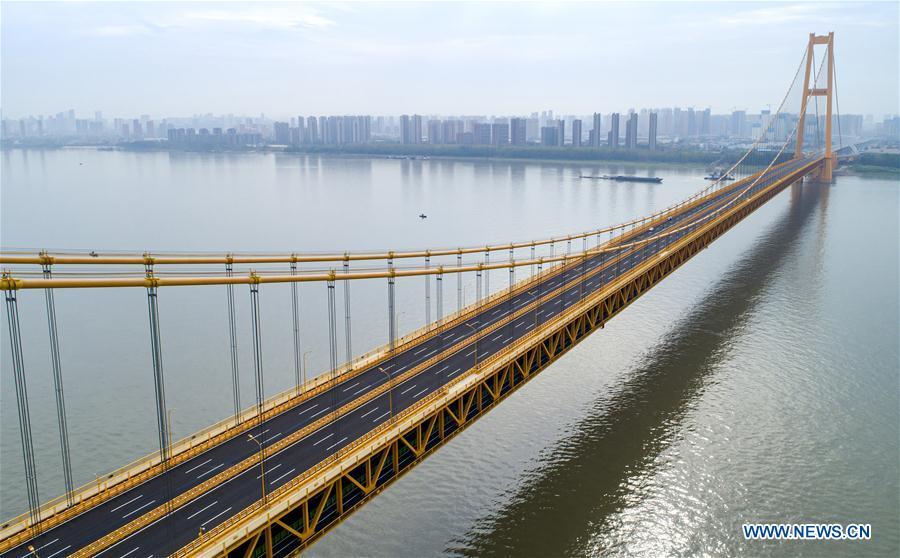 الصين تفتتح أطول جسر معلق في العالم من طابقين