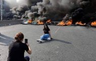 الإطاحة بحكومة الحريري بلبنان والشباب يطالب باسقاط النظام وسط مظاهرات فريدة من نوعها