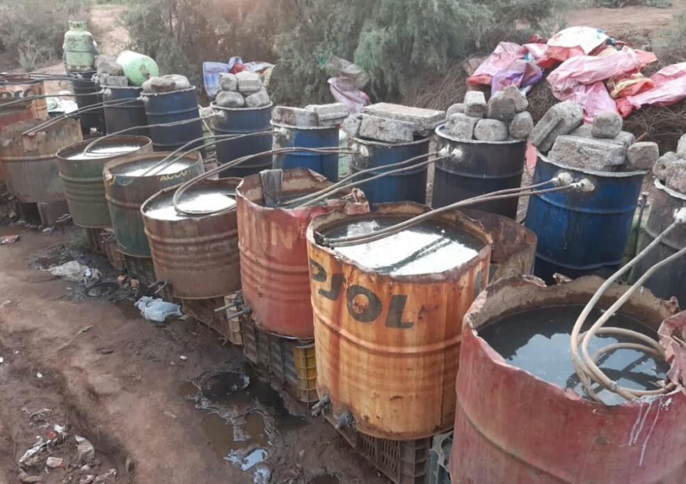مداهمة معامل سرية ضواحي مراكش تسفر عن حجز كميات كبيرة من مسكر الماحيا !