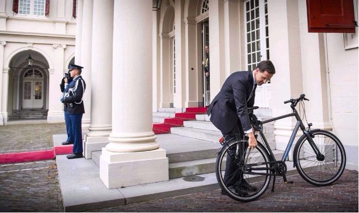 صورة/رئيس الحكومة الهولندية يتنقل على متن دراجة للإجتماع بملكة البلاد