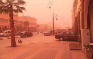 صور/ عاصفة رملية تجتاح مدن الصحراء و تفرض الإقامة الجبرية على السكان !