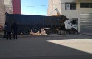فيديو | شاحنة ثقيلة تقتحم عمارة سكنية بمدينة فاس !