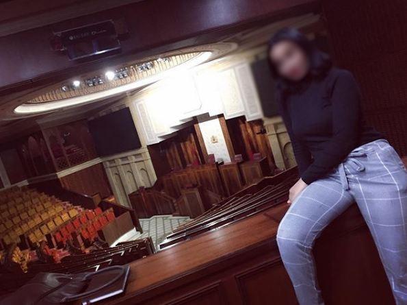 صورة مثيرة لحسناء مغربية داخل البرلمان تثير ضجة على مواقع التواصل الإجتماعي !