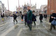صور/ رئيس الإتحاد الإيطالي و لاعبي المنتخب يتضامنون مع سكان البندقية الغارقة في الفيضانات !