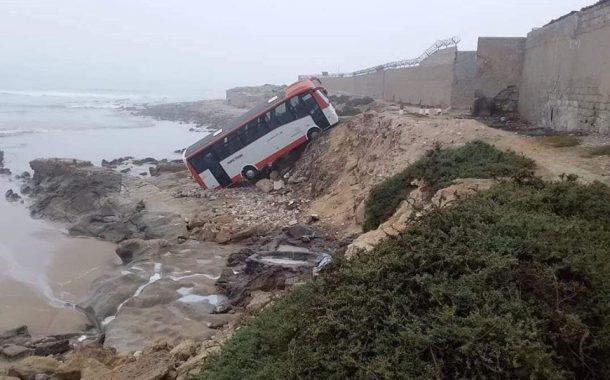 """صور وفيديو/ انقلاب حافلة لنقل العمال في بحر أكادير كاد يعيد """"فاجعة أنزا"""" !"""