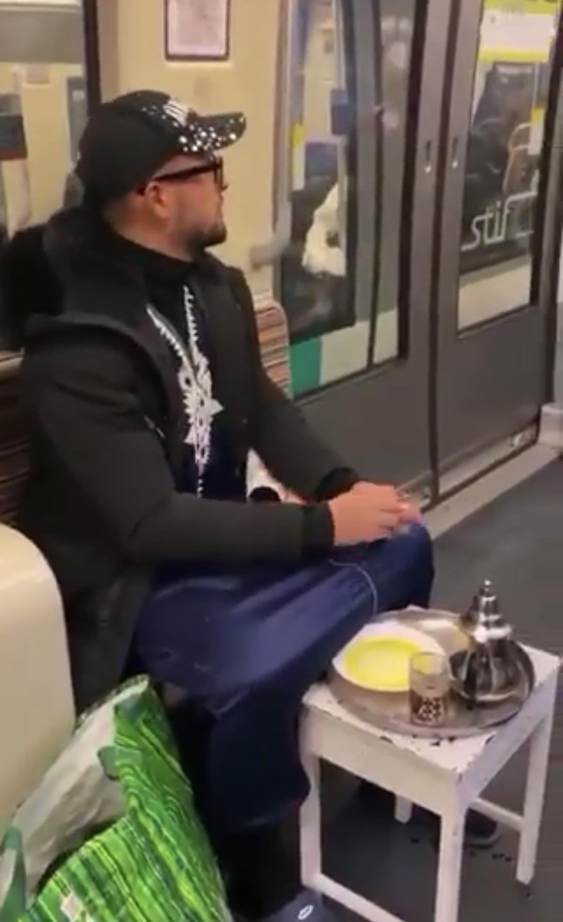 فيديو/مهاجر مغربي مشحّر أتاي وضارب الخبز وزيت العُود فالتراموي ديال باريس