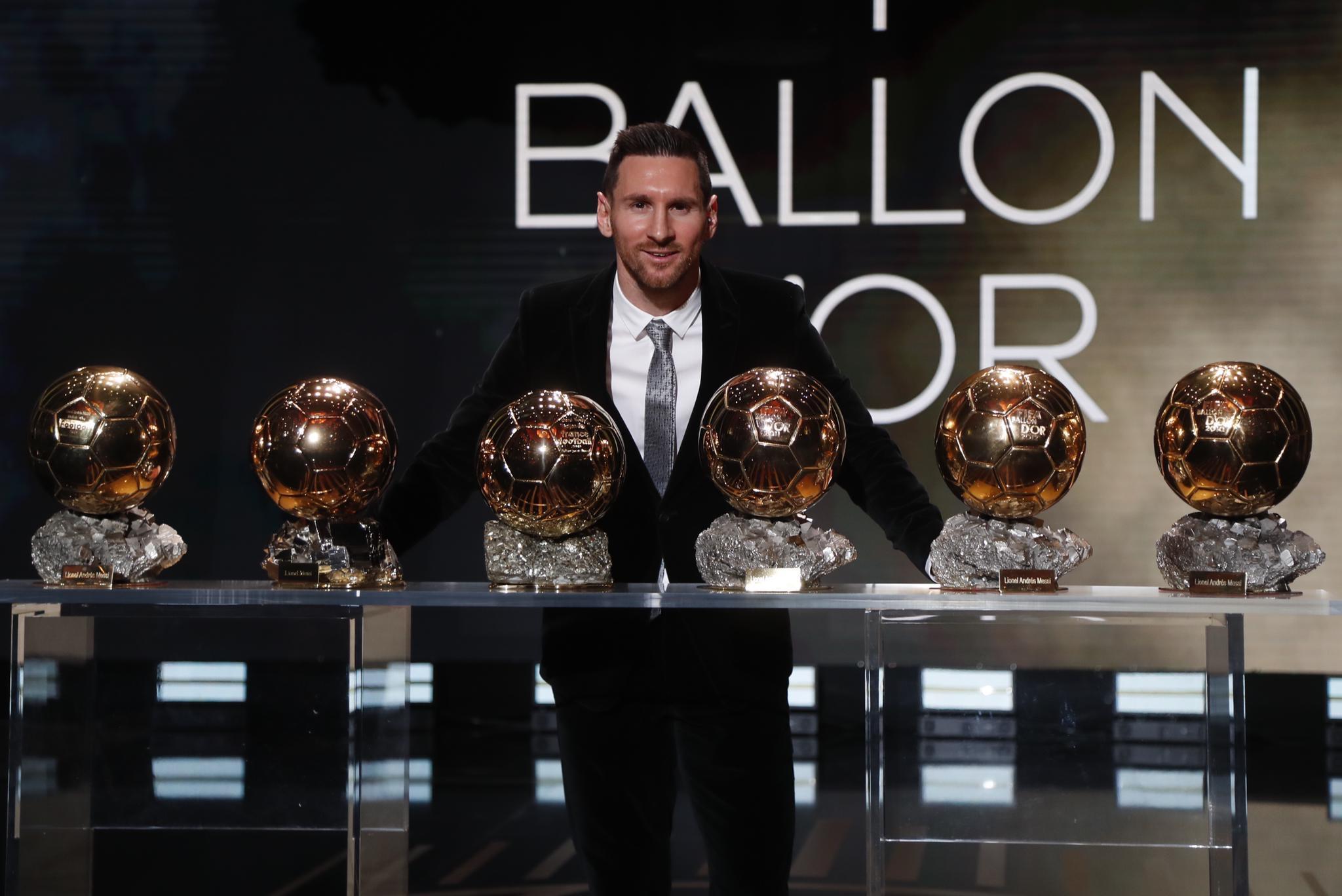 الأرجنتيني ميسي يفوز بالكرة الذهبية كأفضل لاعب في العالم للمرة السادسة في تاريخه