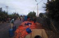 صور/ خسائر في انقلاب شاحنة محملة بالطماطم بإنزكان !