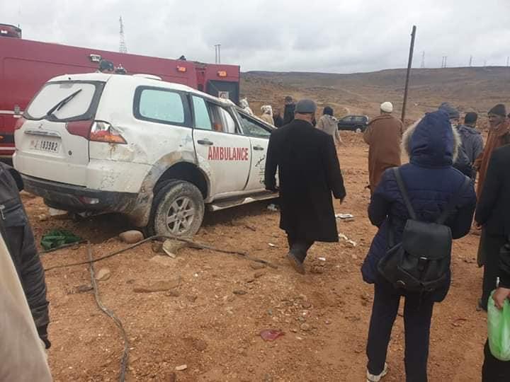 صور/ إصابة ممرضة و حامل في انقلاب سيارة إسعاف بزاكورة !