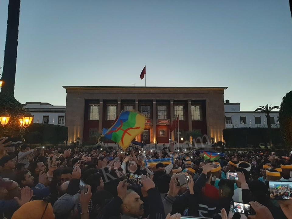 صور و فيديو | احتفالات رأس السنة الأمازيغية بطعم الإحتجاج على الحكومة أمام البرلمان !